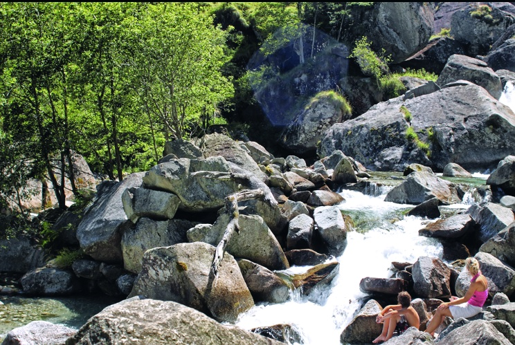 Una riva pietrosa del fiume a Foroglio.