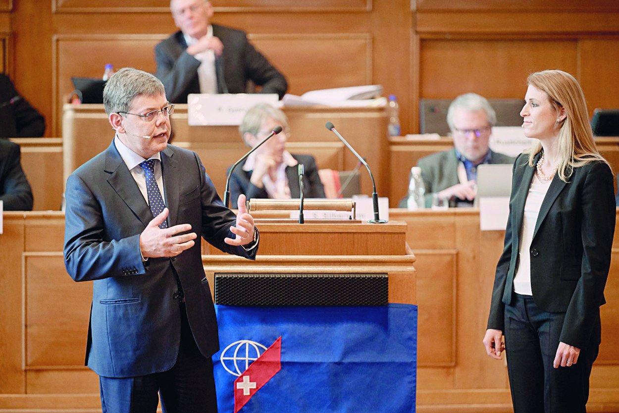 Franz Grüter e Claudia Pletscher dibattono dei rischi di voto elettronico in occasione della sessione del CSE.