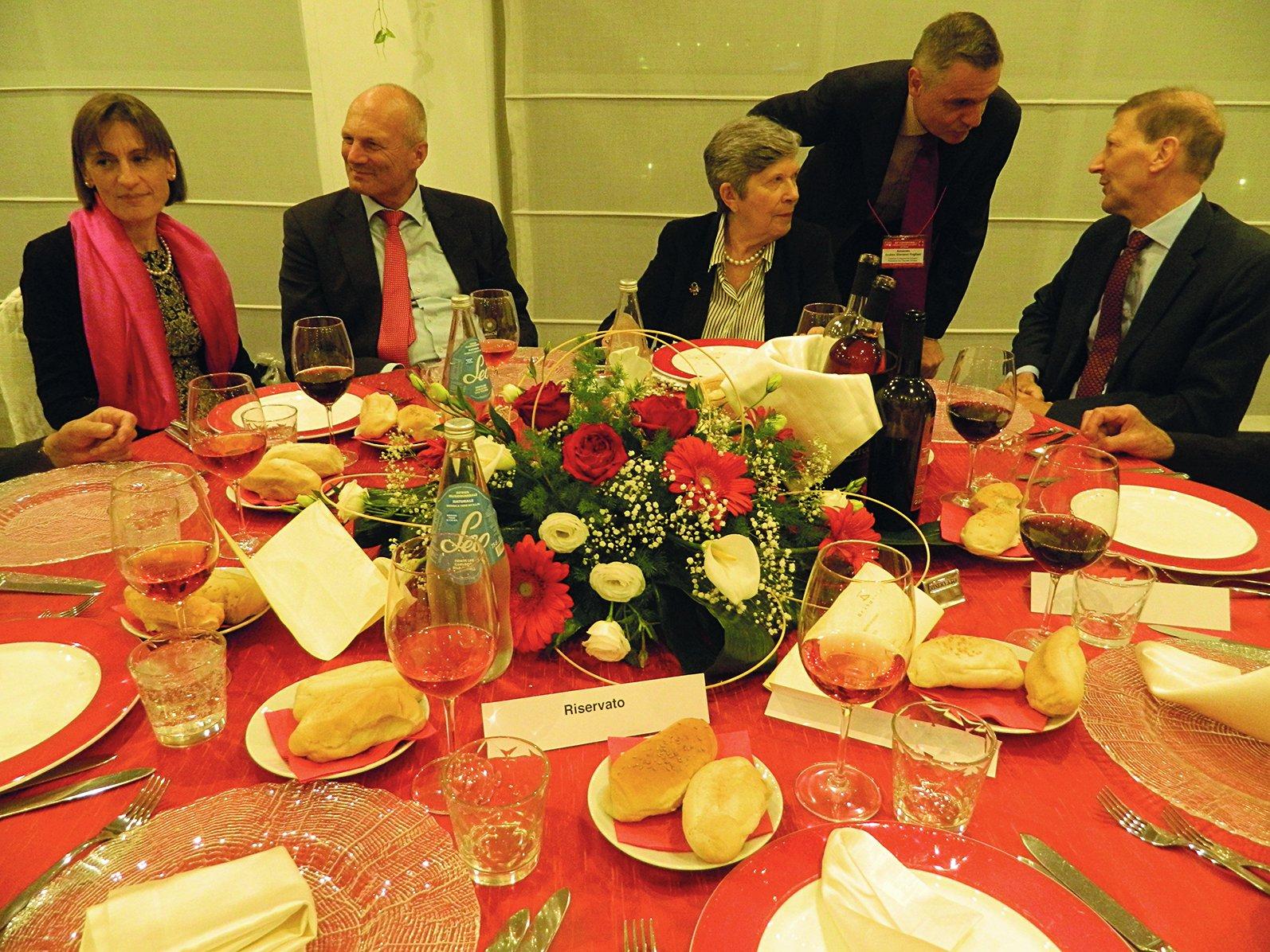 Alla cena ufficiale: la presidente (al centro) con l'ambasciatore e il direttor Burri.