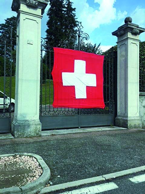 Bandiera svizzera sull'imponente cancello d'entrata.